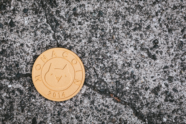 ヒビ割れした地面とMONACOINの写真