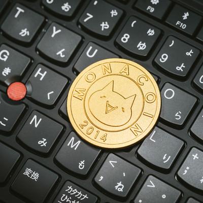 PCのキーボード上にあるモナコインの写真