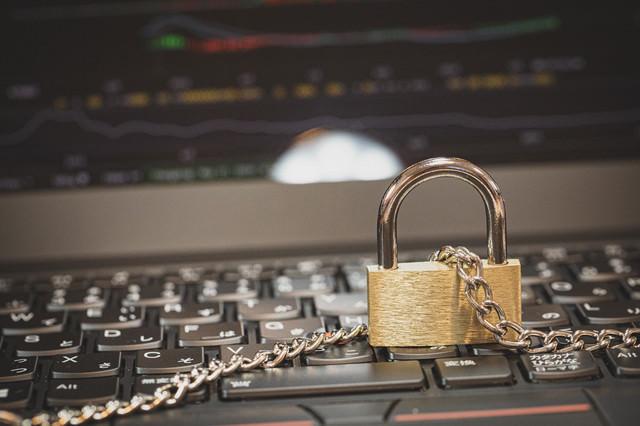 PCと鎖に繋がれた南京錠の写真
