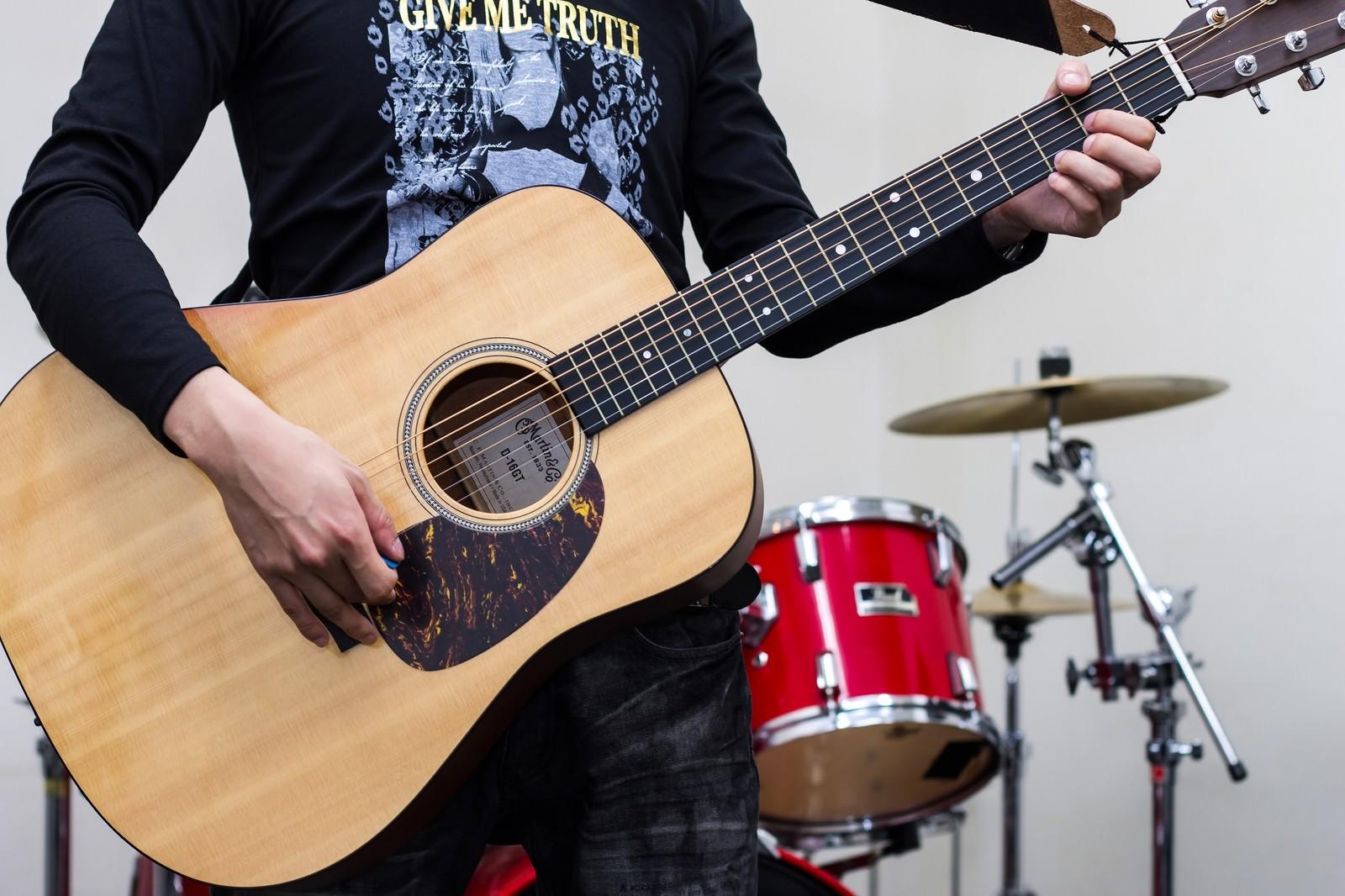 「アコースティックギターを持つバンドマン」の写真