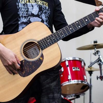 「アコースティックギターを持つバンドマン」の写真素材