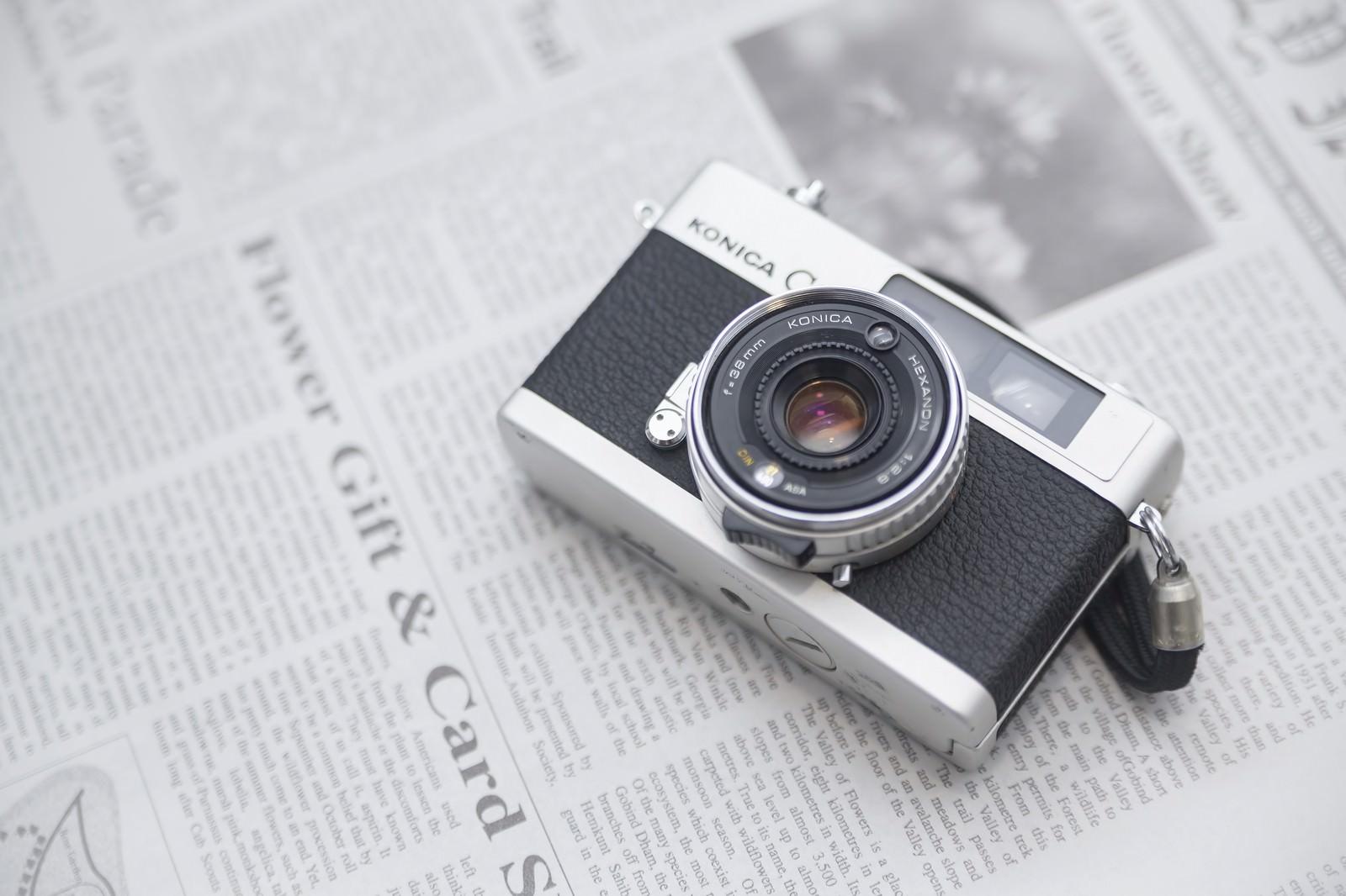 英文の新聞とレトロなカメラ|ぱくたそフリー素材