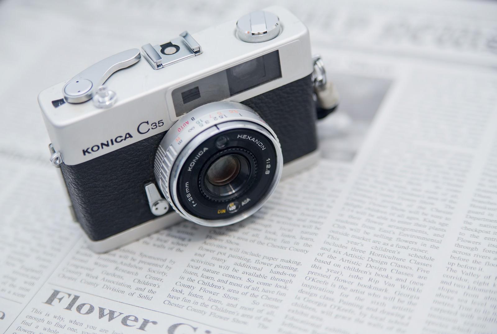英文の新聞とカメラ|ぱくたそフリー素材
