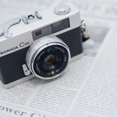 「英文の新聞とカメラ」の写真素材