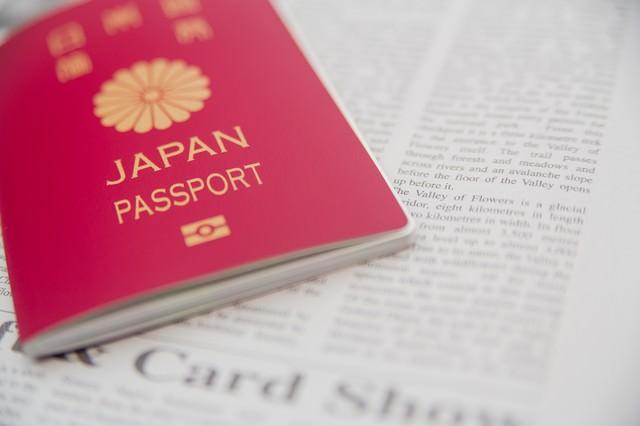 パスポートと英文の新聞の写真