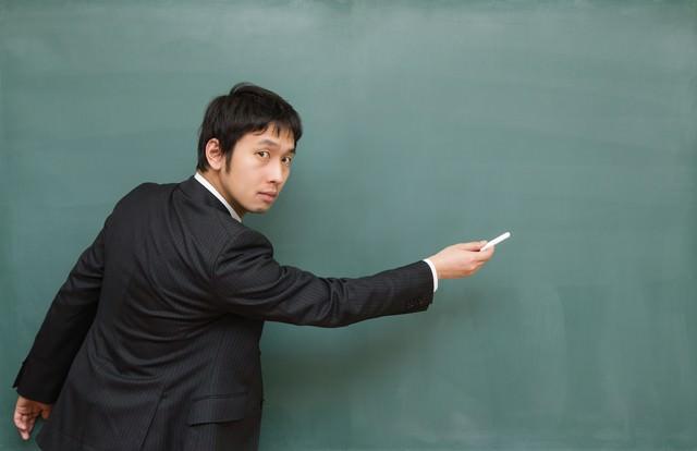 ここ出ますよ!と黒板を指す先生の写真