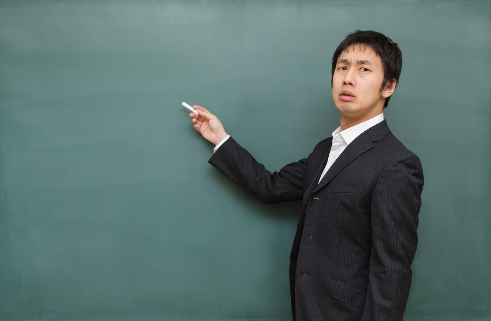 「チョークを持つ講師」の写真[モデル:大川竜弥]
