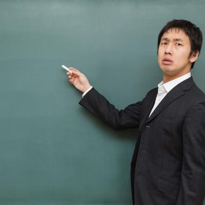 「チョークを持つ講師」の写真素材