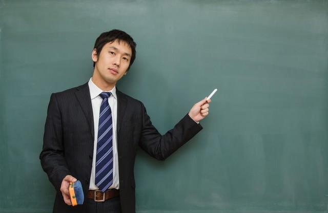 「ここテストにでるよ!」とチョークで指す先生の写真
