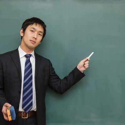 「「ここテストにでるよ!」とチョークで指す先生」の写真素材