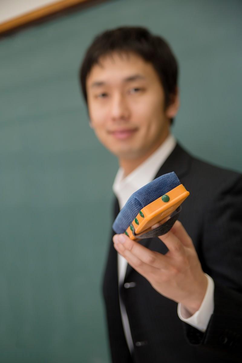 「黒板消しを渡そうとする先生」の写真