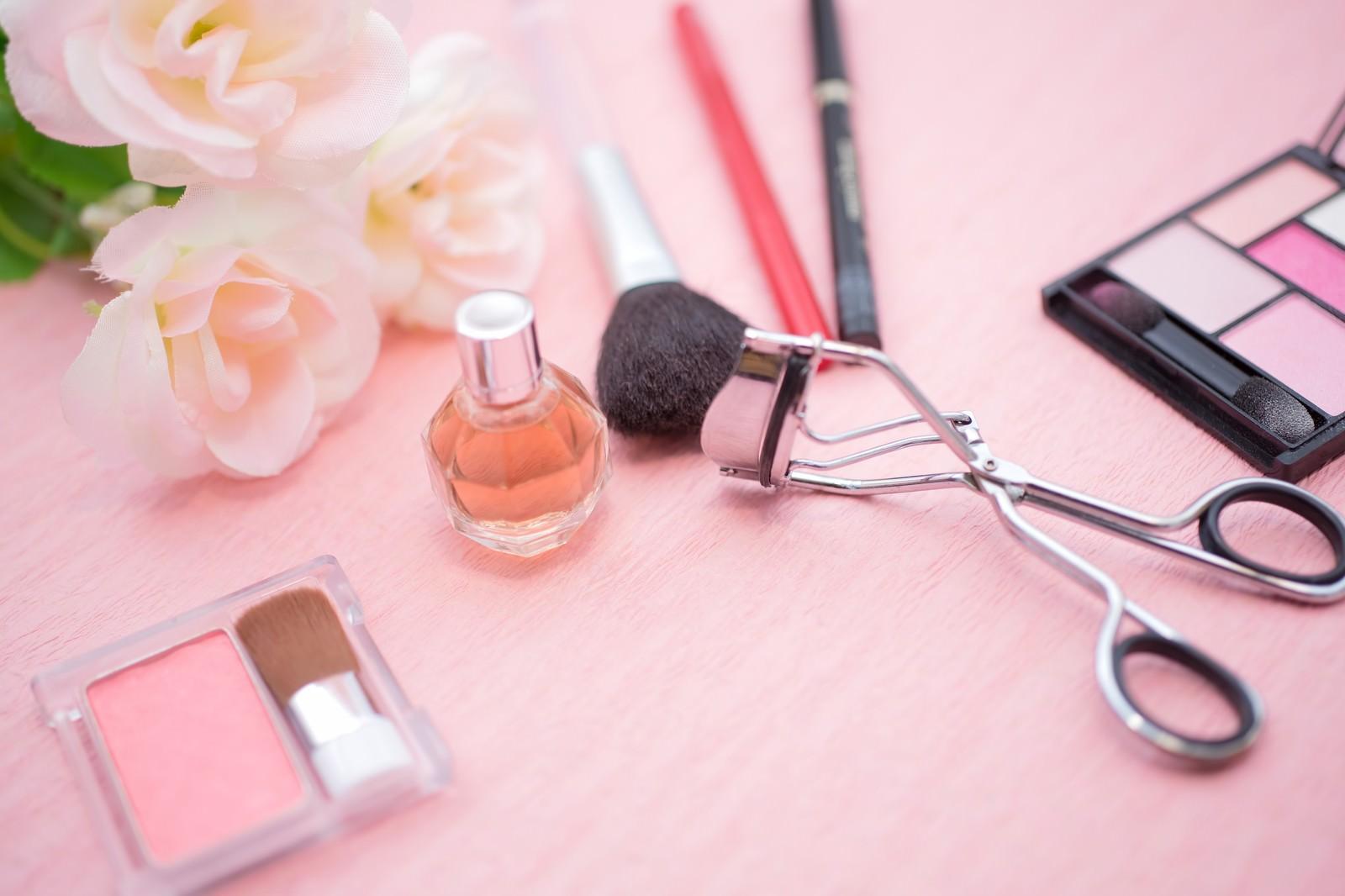 「化粧品とビューラーなど化粧品とビューラーなど」のフリー写真素材を拡大