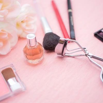 「化粧品とビューラーなど」の写真素材