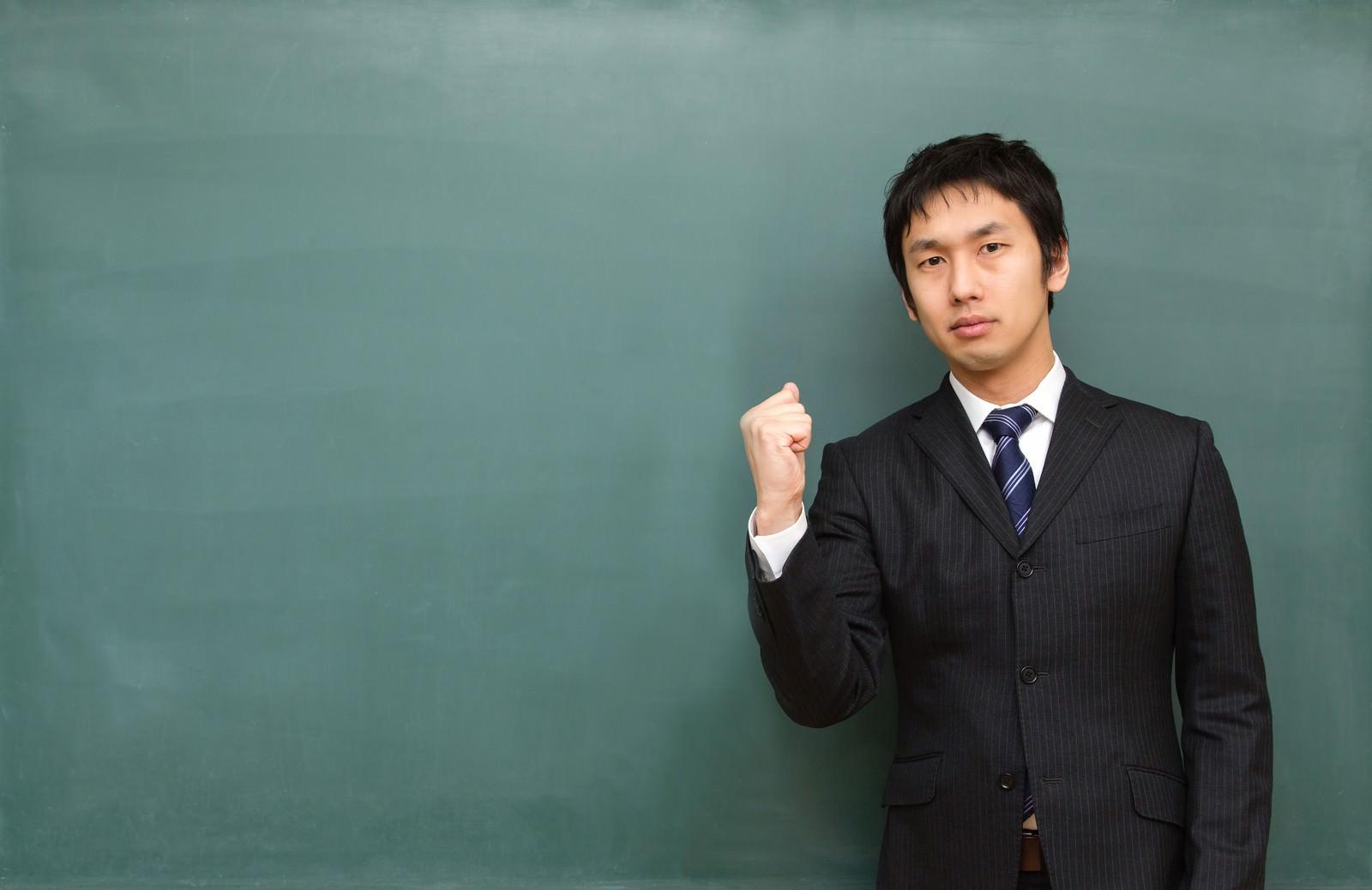 「負けるな学生!と応援する塾講師」の写真[モデル:大川竜弥]