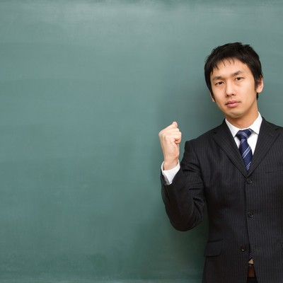「負けるな学生!と応援する塾講師」の写真素材