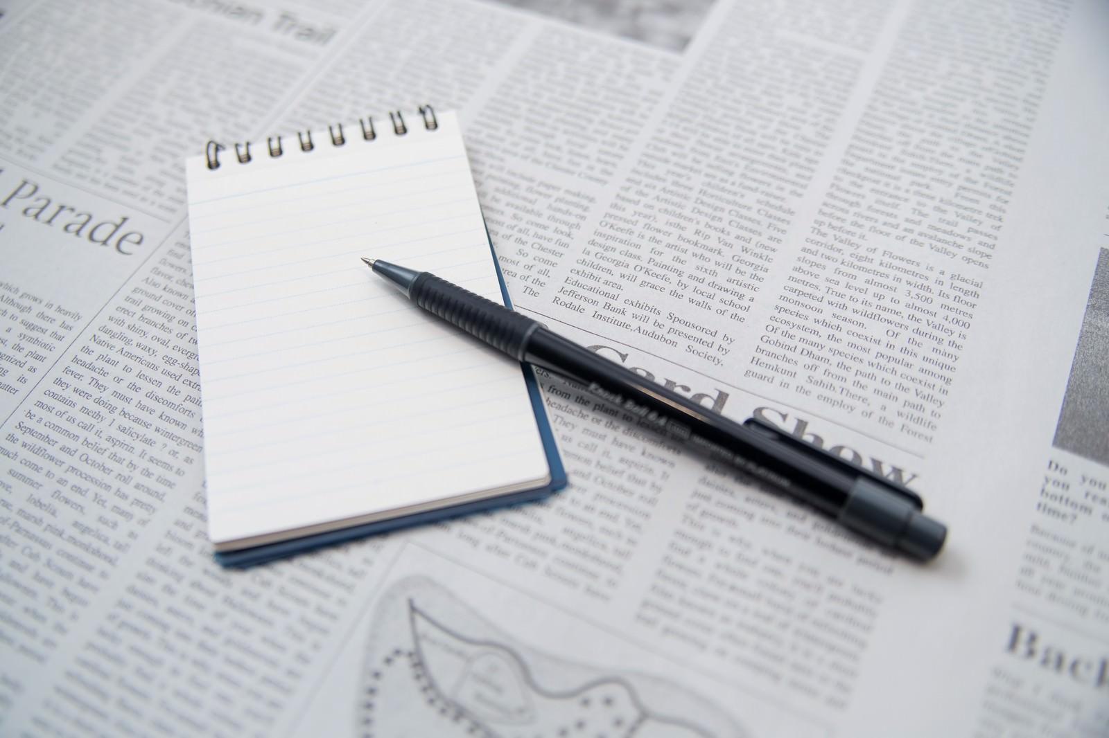 「翻訳中のメモとペン翻訳中のメモとペン」のフリー写真素材を拡大