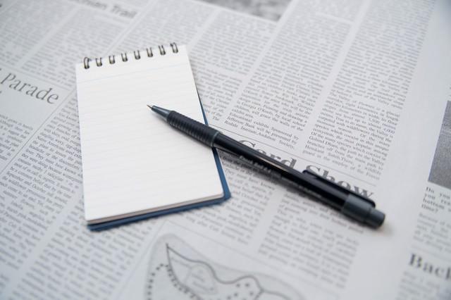 翻訳中のメモとペンの写真
