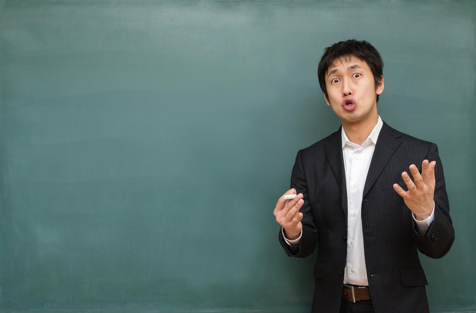 「試験に向けて熱く答弁する塾講師 | 写真の無料素材・フリー素材 - ぱくたそ」の写真[モデル:大川竜弥]