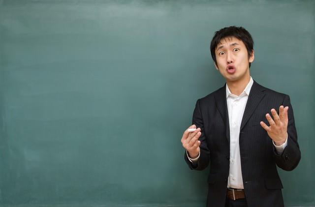 試験に向けて熱く答弁する塾講師の写真