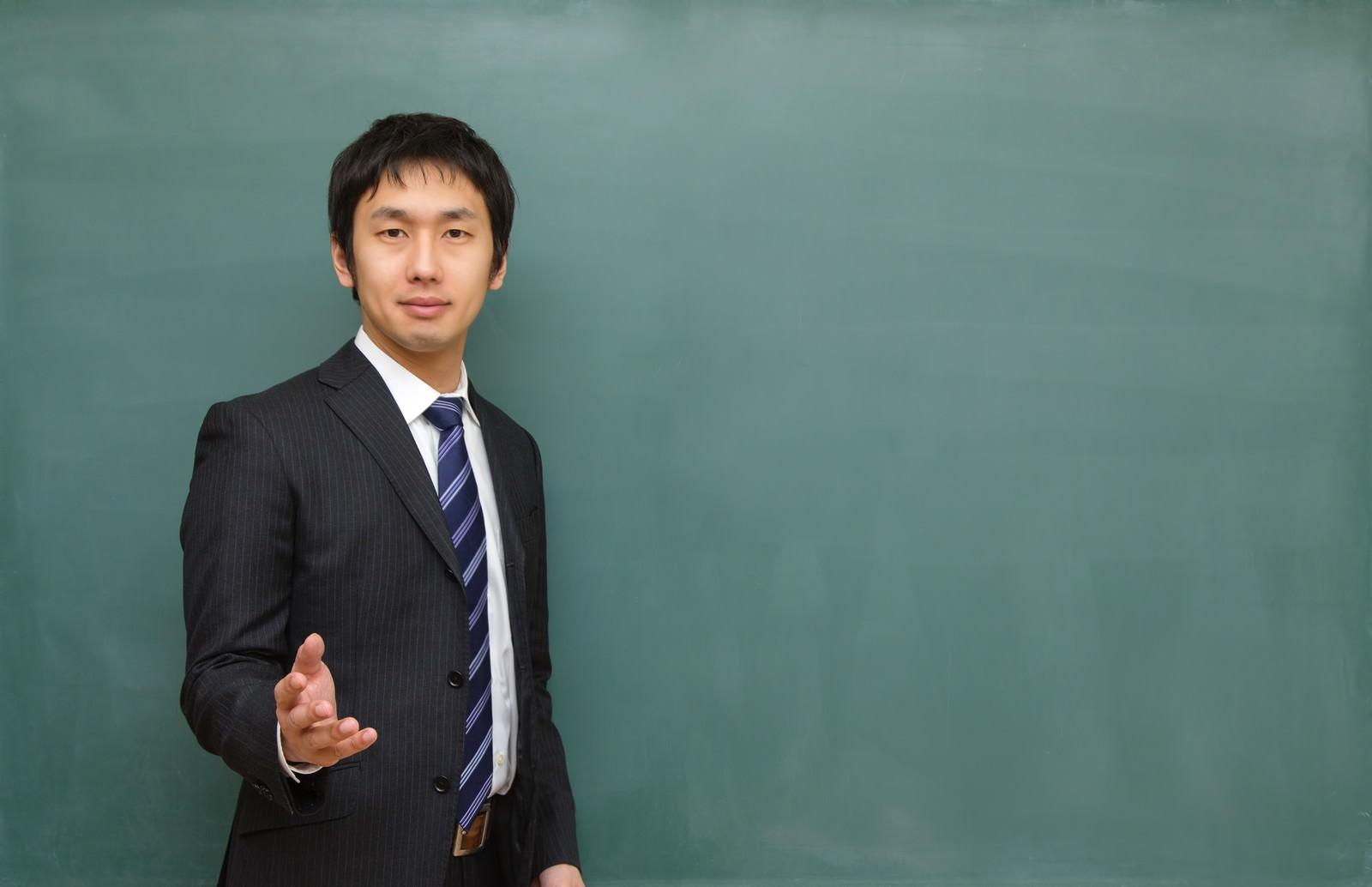 「優しい顔で授業を行う塾の講師」の写真[モデル:大川竜弥]