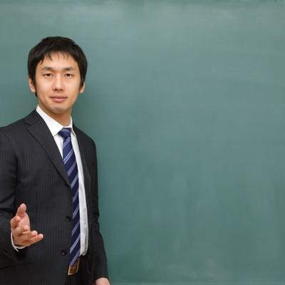 「優しい顔で授業を行う塾の講師」の写真素材