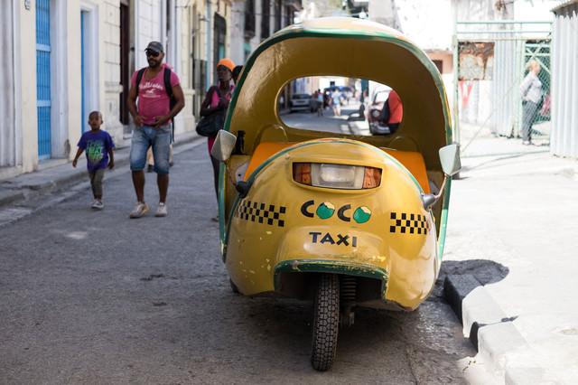 路肩に駐車中の黄色いTAXI(キューバ)の写真