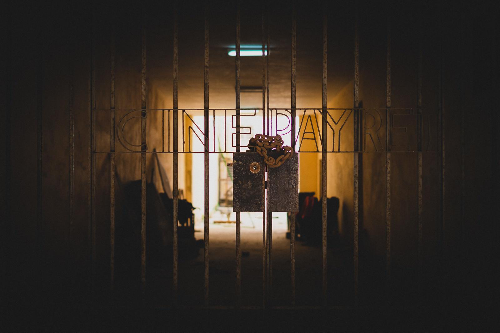 「鎖で封をされた鉄格子鎖で封をされた鉄格子」のフリー写真素材を拡大