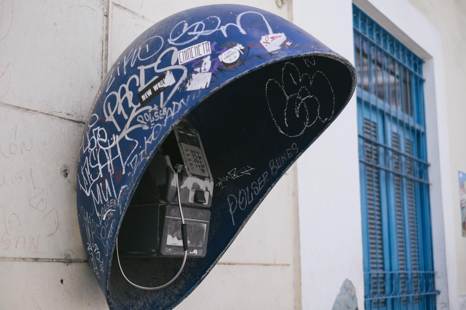 「落書きが多いキューバの公衆電話」の写真