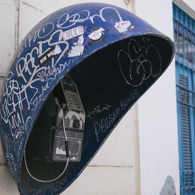 落書きが多いキューバの公衆電話の写真