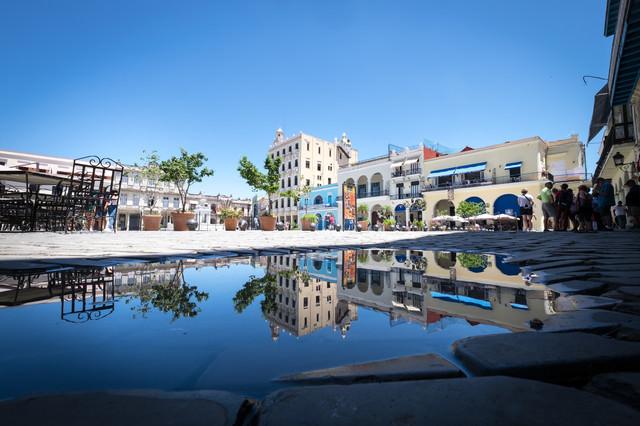 水面に反射するハバナの街の写真