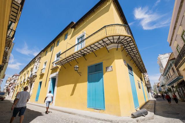 ハバナ(キューバ)の黄色い建物の写真