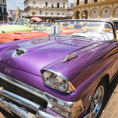 紫色のイカした車の写真