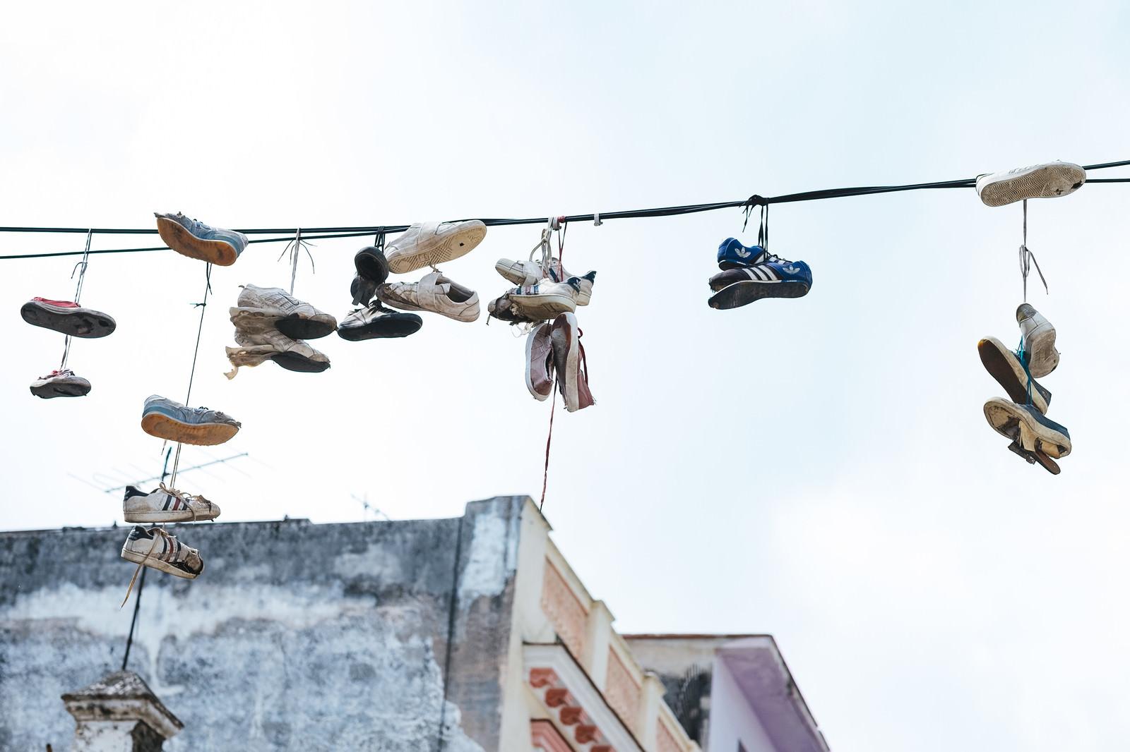 「電線に吊るされたシューズ(キューバ)電線に吊るされたシューズ(キューバ)」のフリー写真素材を拡大