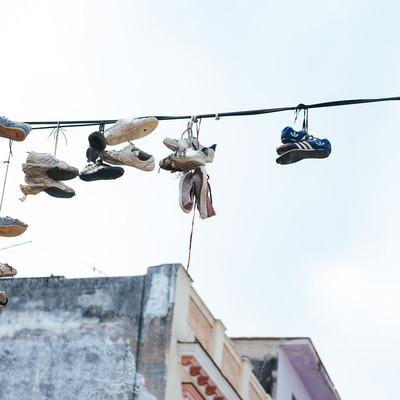 電線に吊るされたシューズ(キューバ)の写真