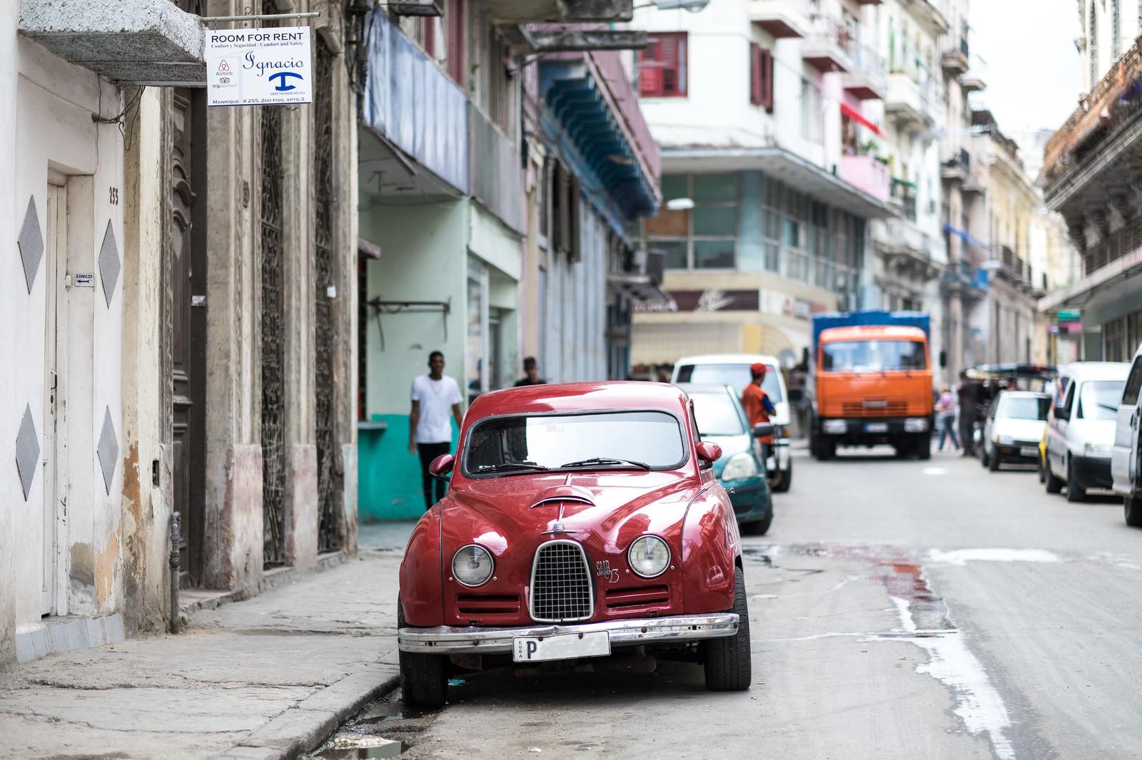 「路肩に駐車している赤いSAAB路肩に駐車している赤いSAAB」のフリー写真素材を拡大