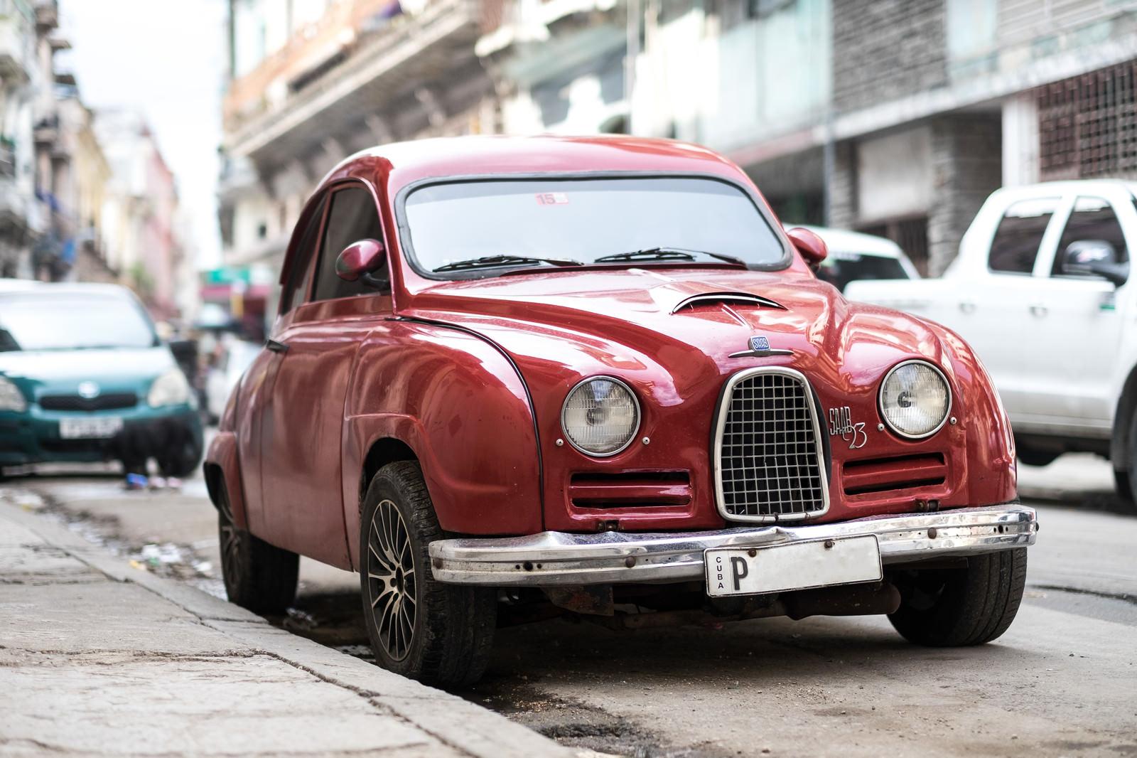 「赤いクラシックカー(SAAB 93)」の写真