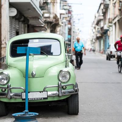 ハバナの街並みと停車するクラシックカーの写真