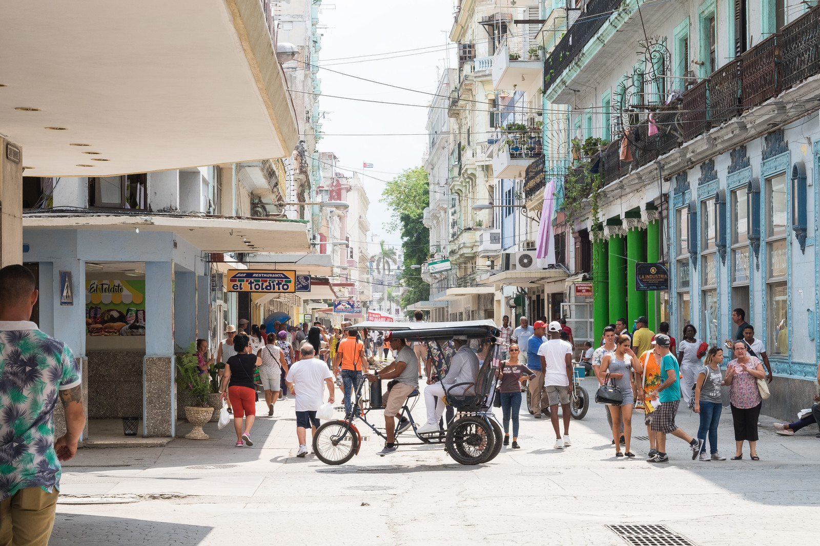 「首都ハバナの街並みと人混み」の写真