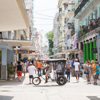 首都ハバナの街並みと人混みの写真
