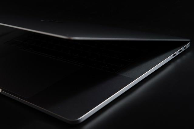 薄さ際立つノートパソコンの写真