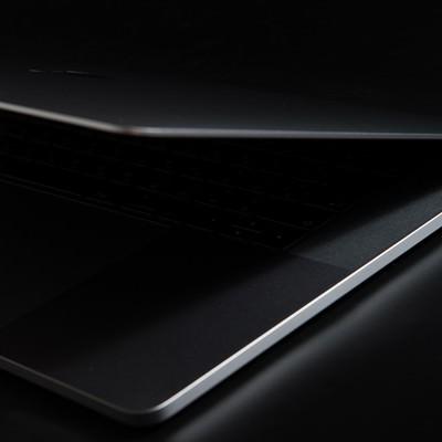 「薄さ際立つノートパソコン」の写真素材