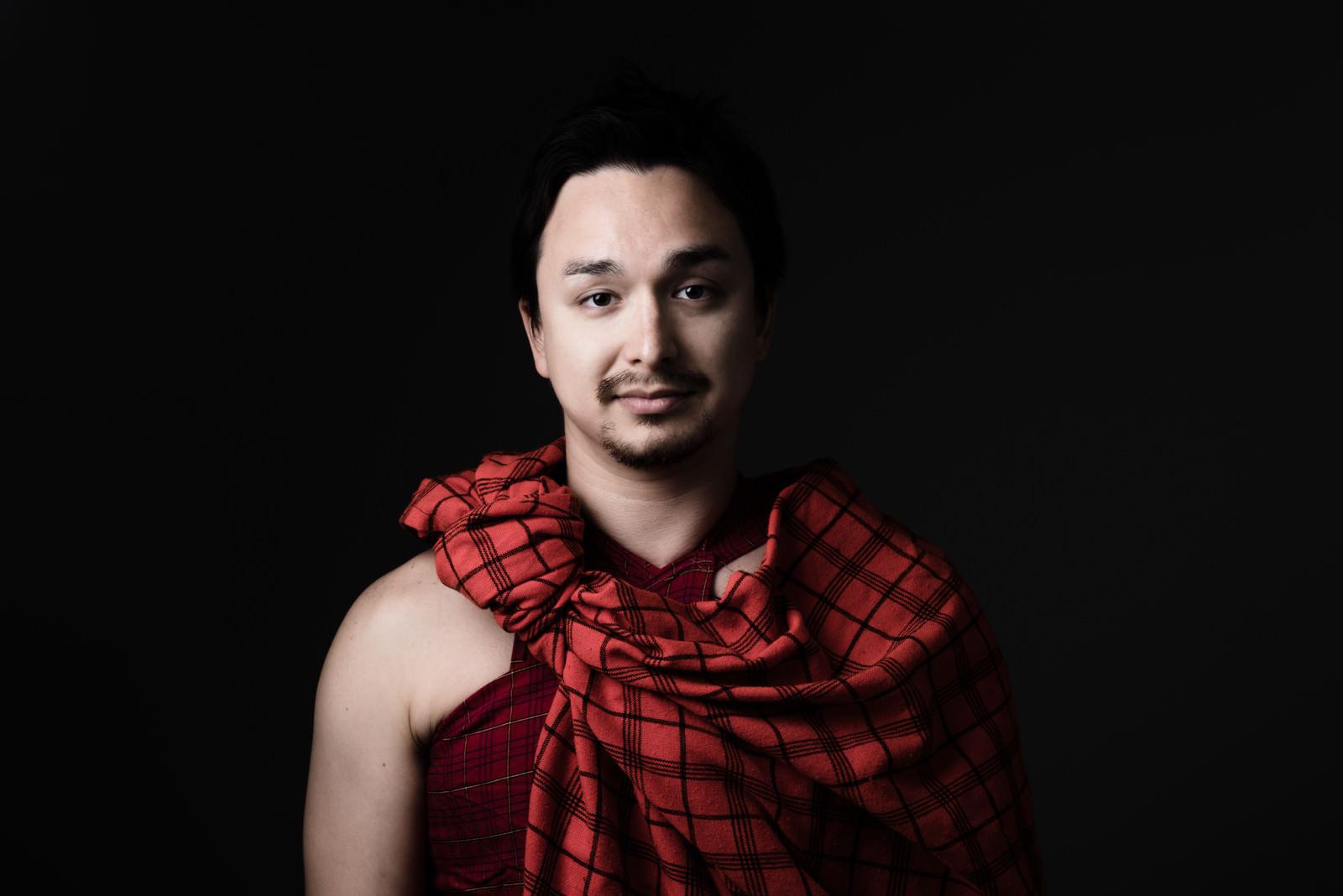 「マサイ族の赤い民族衣装を着ました」の写真[モデル:Max_Ezaki]