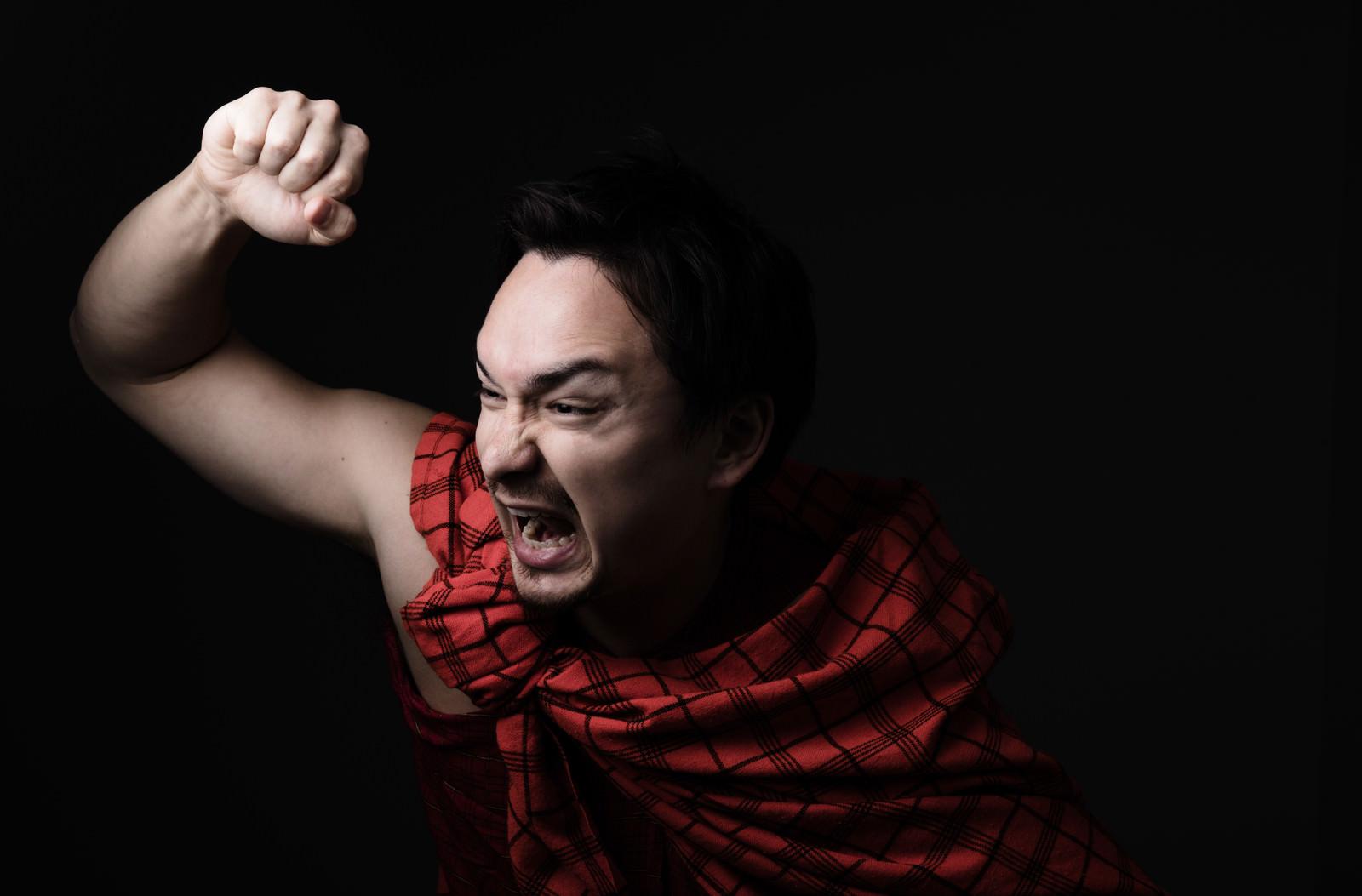 「民族衣装の男性が大声と共に突撃を選んできた」の写真[モデル:Max_Ezaki]