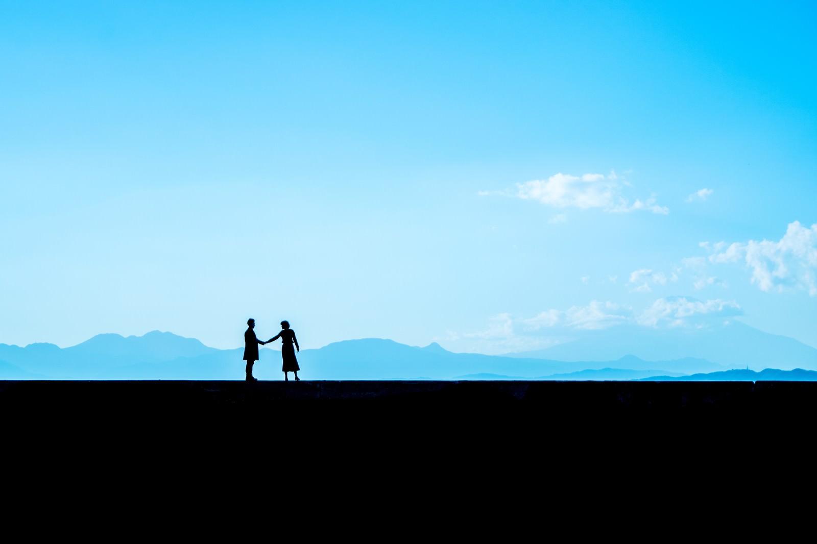 「別れを惜しむ二人シルエット」の写真