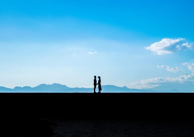 想いを伝えるカップルのシルエットの写真