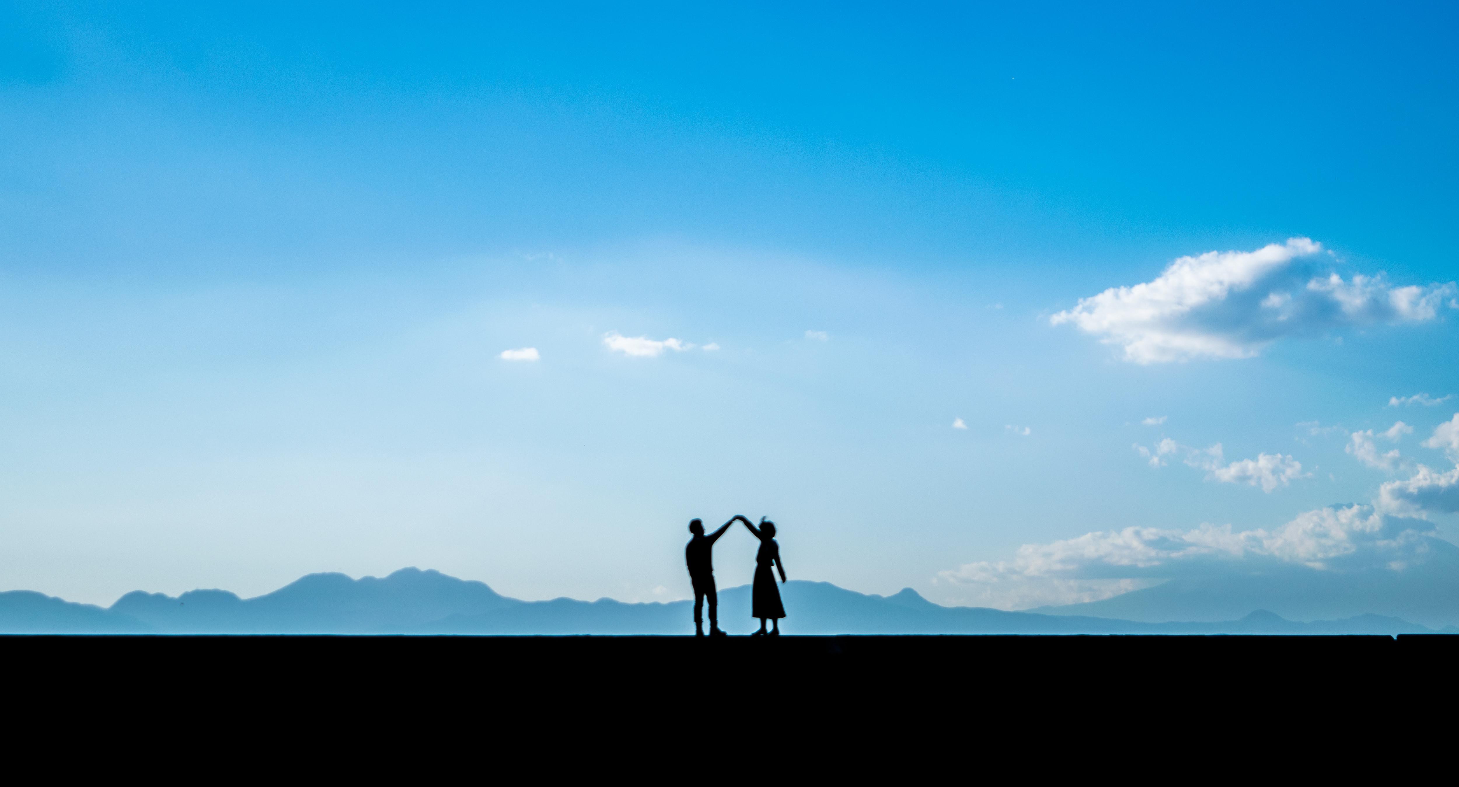つないで手を離さないカップル シルエット の写真 画像 フリー素材 ぱくたそ
