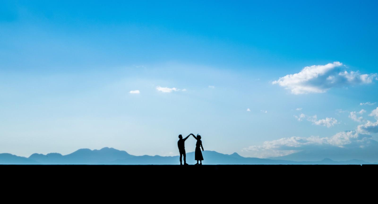 「つないで手を離さないカップル(シルエット) | 写真の無料素材・フリー素材 - ぱくたそ」の写真