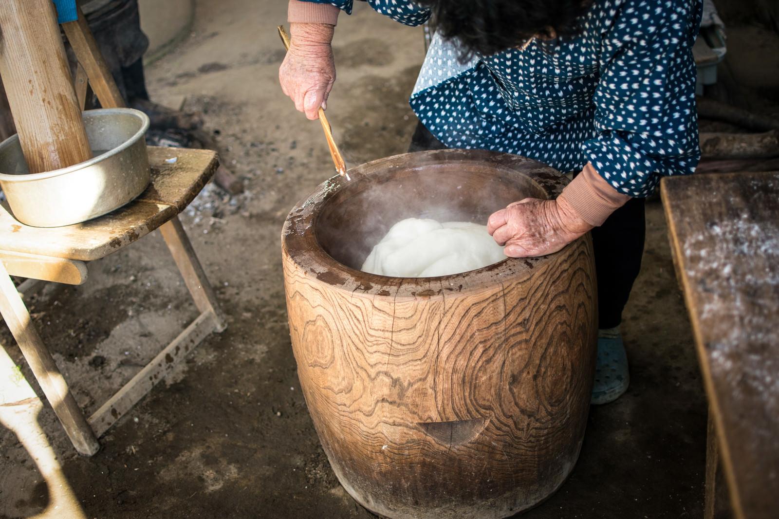 「ついた餅を返す田舎のばっちゃん」の写真