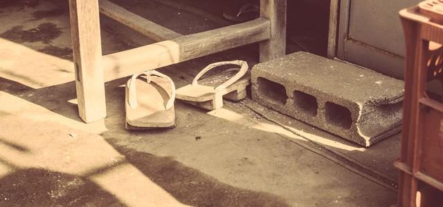 玄関に無造作に置かれた下駄の写真