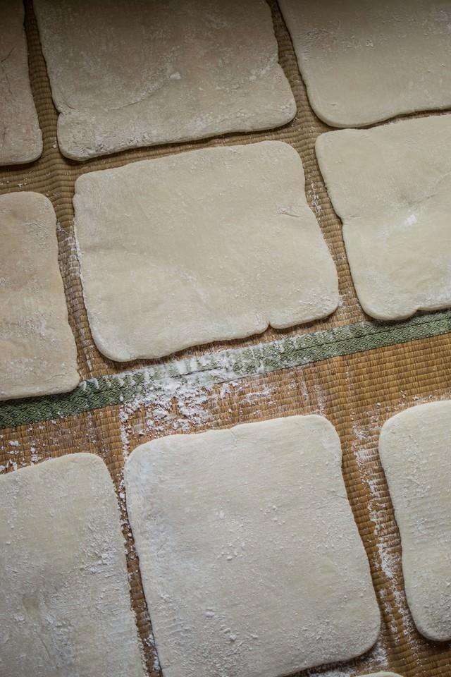 ござの上に並ぶ正方形に整えられた餅の写真
